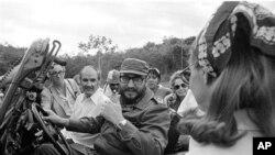 1975-та: Во посета на Куба: Џорџ Мекгаверн со кубанскиот претседател Фидел Кастро