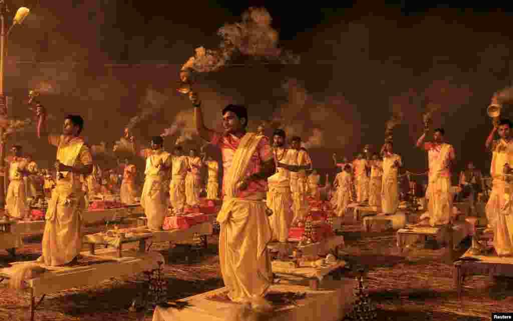 បព្វជិតសាសនាហិណ្ឌូកាន់ចង្កៀងបុរាណដែលមានក្លិនក្រអូប នៅពេលពួកគេសម្តែងពិធីសាសនាមួយដែលមានឈ្មោះថា Aarti នៅត្រើយម្ខាងនៃទន្លេ Sangam ចំណុចប្រសព្វនៃទន្លេ Ganges ទន្លេ Yamuna និងទន្លេ Saraswati ក្នុងពិធីបុណ្យសាសនា Magh Mela ប្រចាំឆ្នាំនៅក្នុងក្រុង Allahabad ប្រទេសឥណ្ឌា។