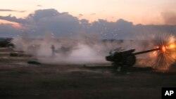 Sirijska vojska napada haubicom u blizini sela Morek u Siriji, 7. oktobar 2015.