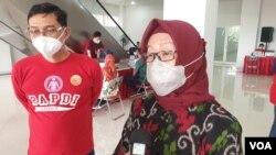 Kepala Dinas Kesehatan Kota Surabaya, Febria Rachmanita, memberikan keterangan mengenai pemberian vaksin Covid-19 di RSUD Dr. Soewandi Surabaya (foto Petrus Riski-VOA)