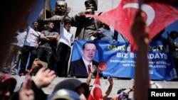 19일 터키 최대도시 이스탄불에서 레제프 타이이프 에르도안 대통령 지지자들이 대통령 초상이 담긴 현수막과 터키 국기 등을 흔들며 군중집회를 진행하고 있다.