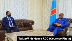 Ntoma ya Rwanda Vincent Karega (G) na masolo na président Félix Tshisekedi na cité ya Union africaine na Kinshasa, RDC, 25 aout 2020. (Twitter/Présidence RDC)