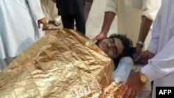 Seorang korban dilarikan ke rumah sakit di Kohat (3/10), menyusul serangan bom di rumah komandan militer militan anti Taliban, Maulvi Nabi Hanafi di distrik kesukuan Orakzai. Sedikitnya 13 militan dilaporkan tewas dalam insiden tersebut.