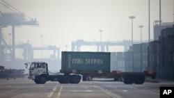중국 톈진항에서 수출 선박으로 컨테이너를 옮기는 트럭.