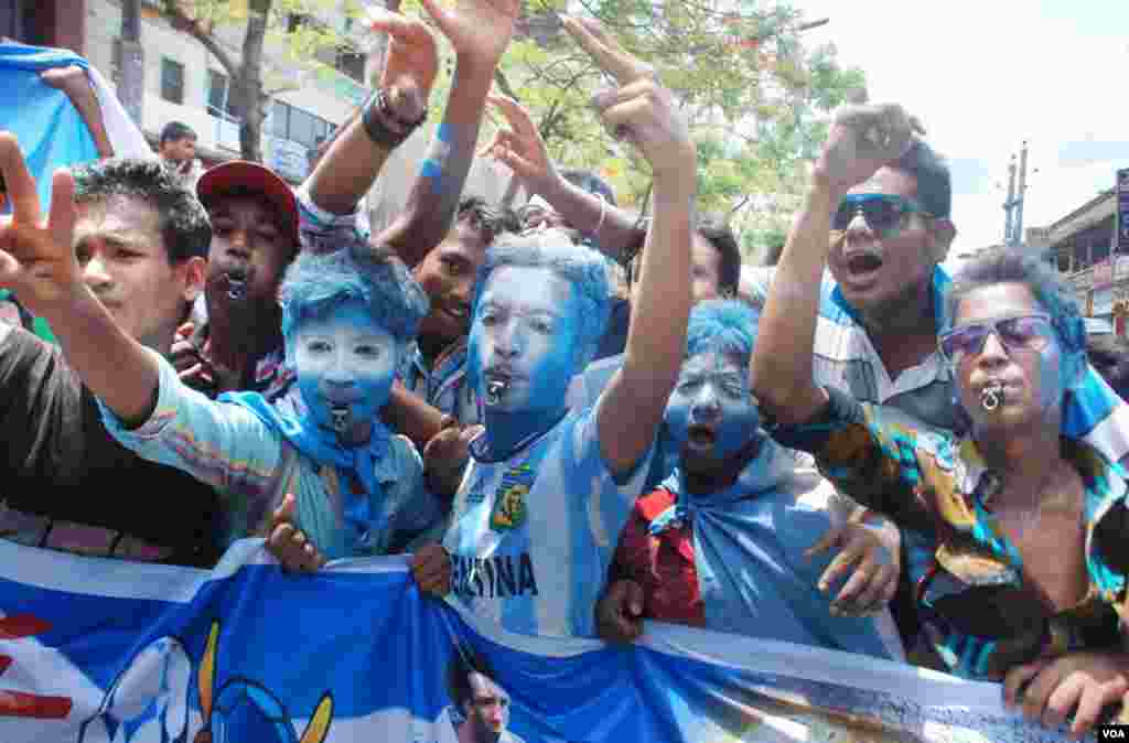 Young World Cup fans show their support for Argentina as the start date for the World Cup nears, Bangladesh, June 8, 2014. (VOA)