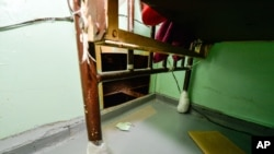 Los prófugos hicieron un hueco en la pared debajo de una cama.