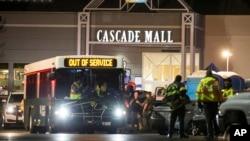 紧急救援人员在美国华盛顿州伯灵顿市的卡斯凯德购物中心外面(2016年9月24日)