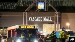 Nhân viên cấp cứu đứng trước cửa của Trung tâm thương mại Cascade, hiện trường của một vụ nổ súng khiến nhiều người thiệt mạng, ngày 23 tháng 09 năm 2016, tại Burlington, bang Washington.