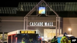 緊急救援人員在美國華盛頓州伯靈頓市的卡斯凱德購物中心外面(2016年9月24日)