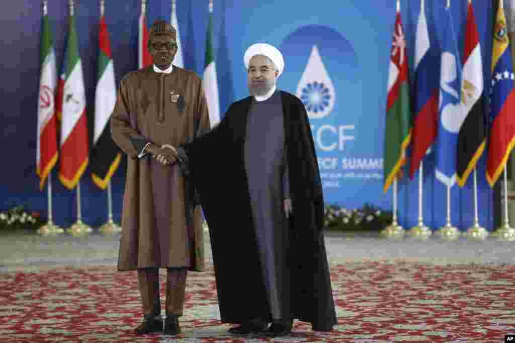 Shugaba Muhammadu Buhari na Najeriya yana gaisawa da shugaba Hassan Rouhani na kasar Iran a lokacin da ya isa zauren taron kolin a Teheran.