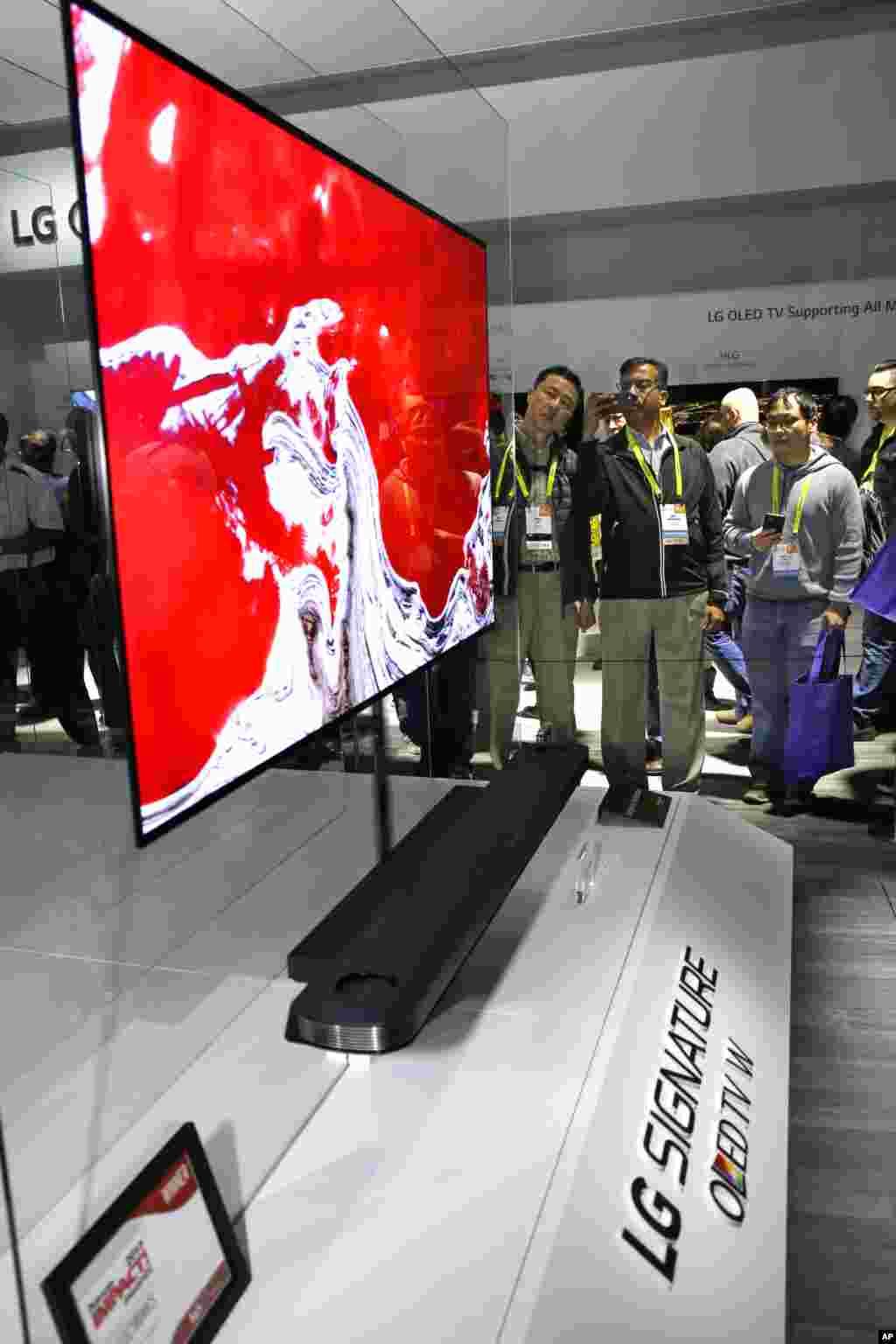 نمایشگاه محصولات الکترونیکی CES تلویزیون ال جی امسال هم در این نمایشگاه، یک برگ برنده رو کرد. تلویزیون OLED از چند ماه دیگر این تلویزیون به بازار عرضه می شود.