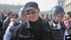 Polisi Rusia menahan seorang aktivis oposisi dalam unjuk rasa di Moskow (9/5).