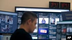 加利福尼亚州门洛帕克,一名脸书工作人员在监视平台上选举有关内容。(2018年10月17日)