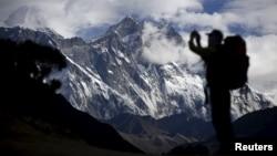 Siluet seorang turis mengambil foto Gunung Everest (foto: ilustrasi).