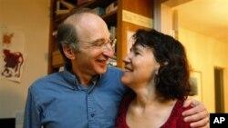 노벨 물리학상을 수상한 사울 펄무터와 그의 아내