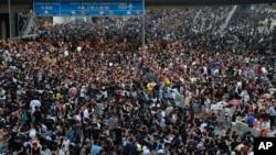 29일 중국의 홍콩 행정장관 선거 완전 직선제를 요구하는 시위대가 도심을 점거했다.