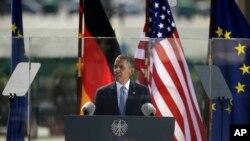 奥巴马总统6月19日在柏林勃兰登堡门前发表讲话。(照片来源:美联社)