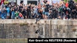 Građani bacaju u vodu spomenik Edvardu Kolstonu u Bristolu u Engleskoj