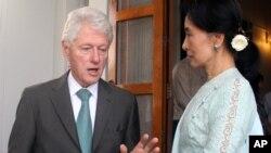 Cựu tổng thống Bill Clinton và nhà lãnh đạo đối lập Miến Điện Aung San Suu Kyi trong cuộc đàm luận tại tư gia của bà ở Yangon, 14/11/13