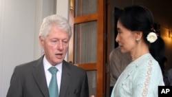 ທ່ານນາງ ອອງຊານ ຊູຈີ ຜູ້ນຳພັກຝ່າຍຄ້ານມຽນມາ (ຂວາ) ພົບປະກັບ ອະດີດປະທານາທິບໍດີ Bill Clinton ທີ່ເເຮືອນ ຂອງທ່ານນາງ ໃນນະຄອນຢ່າງກຸ້ງ (14 ພະຈິກ 2013)