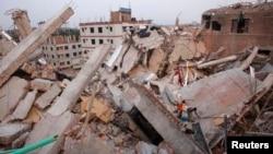 Nhân viên cứu hộ nỗ lực giải cứu các nạn nhân trong đống đổ nát của tòa nhà Rana Plaza, ở Savar, 27/4/2013