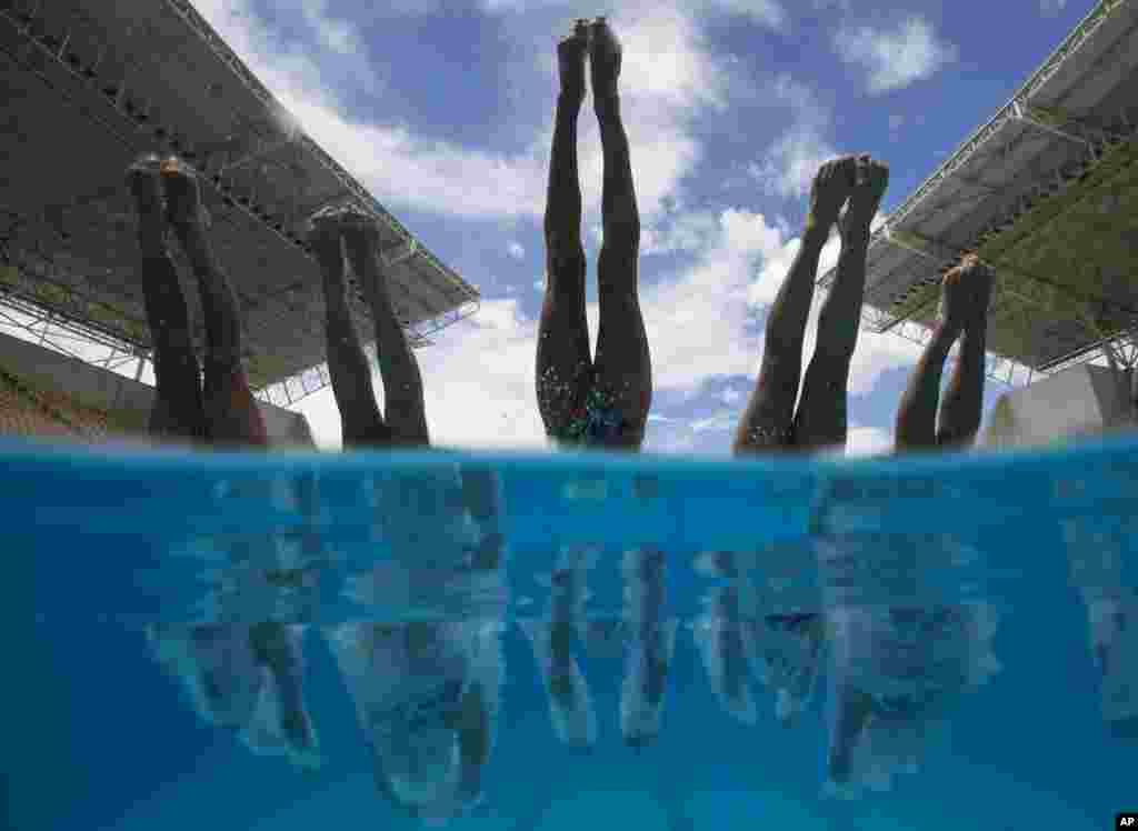 نمایی از تیم رقص غواصی فرانسه در حال تمرین برای مقدماتی المپیک در برزیل.