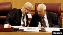 Perunding Palestina Saeb Erekat (kiri) berbicara dengan Ketua Arab League Nabil el-Araby dalam pertemuan di Kairo (11/8).