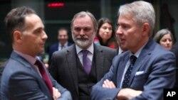 Menlu Jerman Heiko Maas (kiri), berbincang dengan Menteri Luar Negeri Finlandia Pekka Haavisto (kanan), dalam pertemuan para menteri luar negeri UE di gedung Europa di Brussels, Jumat, 10 Januari 2020.