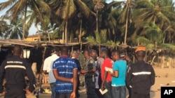 Présence des forces de sécurité à la station balnéaire ivoirienne de Grand-Bassam, théâtre d'une attaque djihadiste, dimanche 13 mars 2016. (AP Photo / Christin Roby)