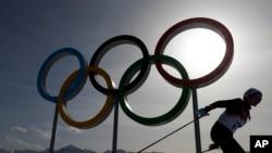 Lambang cincin Olimpiade dilewati seorang atlet ski dalam Olimpiade Musim Dingin di Krasnaya Polyana, Rusia.