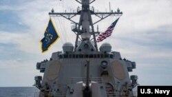 """美国海军导弹驱逐舰""""马斯廷""""号(USS Mustin)本月28日穿越帕拉塞尔群岛水域。"""