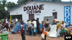 Les migrants congolais qui vivaient en Angola se rassemblent dans la ville frontalière congolaise de Kamako, le 12 octobre 2018.