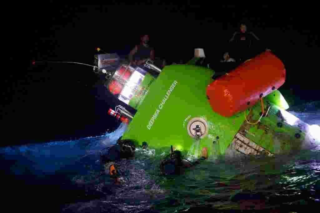 La tripulaqción realizó distintas pruebas con el Deepsea Challenger en Guinea.