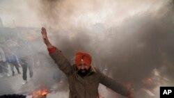 Seorang demonstran Sikh dalam protes terhadap pemimpin partai Kongres Rahul Gandhi tentang pernyataannya terkait kerusuhan anti-Sikh di Jammu, India.