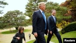2017年11月7日,美国总统川普和韩国总统文在寅在韩国首尔的总统府青瓦台散步。