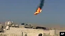 Un ciudadano sirio captó la imagen del helicóptero militar cuando se precipitaba sobre Damasco envuelto en llamas.