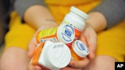 На фото: медикаменти в руках пацієнтки