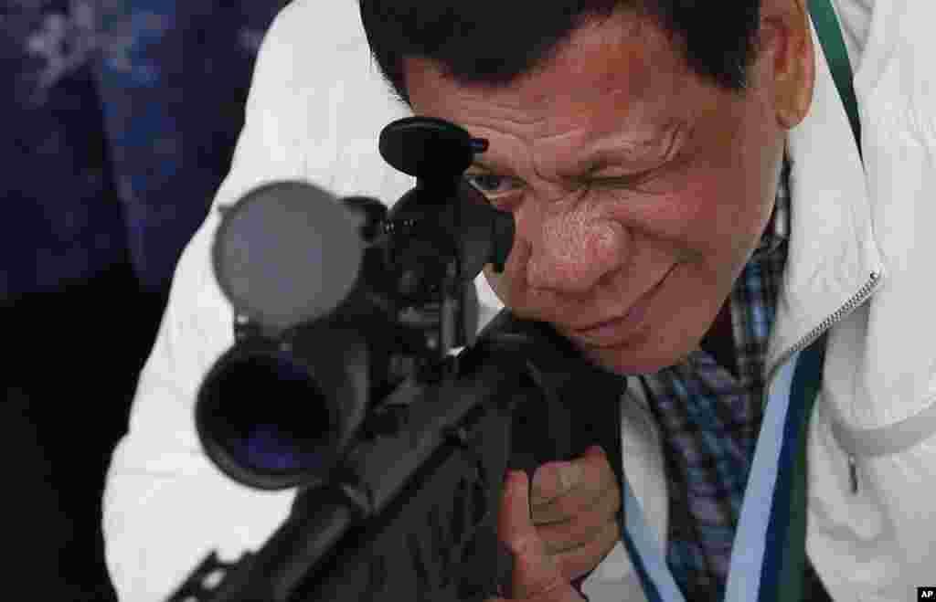 رودریگو دوترته، رئیس جمهوری فیلیپین در حال آزمایش تفنگ تک تیرانداز که از چین خریداری شده است.