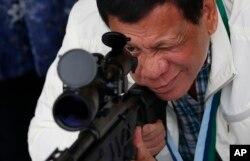 로드리고 두테르테 필리핀 대통령이 28일 북부 클라크 공군기지를 방문, 중국산 CS/LR4A 저격용 소총 조준경을 들여다보고 있다.
