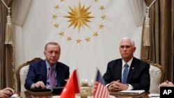 Tổng thống Thổ Nhĩ Kỳ Tayyip Erdogan và Phó Tổng thống Mike Pence trong cuộc gặp hôm 17/10 ở Ankara.