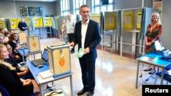 挪威工黨領袖延斯.斯托爾貝格到票站投票。