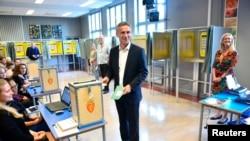 Ketua Partai Buruh dan PM Norwegia Jens Stoltenberg memasukkan kartu suara di salah satu TPS di ibukota Oslo (9/9).
