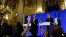 美国国务卿克里在巴黎与法国外长法比尤斯共同出席记者会