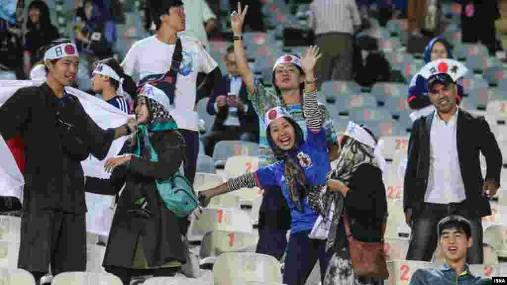زنان طرفدار تیم ژاپن در ورزشگاه آزادی و در مسابقه دوستانه ایران و ژاپن. زنان ایرانی همچنان از ورود به ورزشگاه و تماشای مسابقات فوتبال محرومند.
