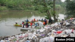 Tumpukan sampah nampak berada di pinggiran sungai Surabaya, di wilayah Kabupaten Gresik. (Foto: Courtesy/Ecoton)