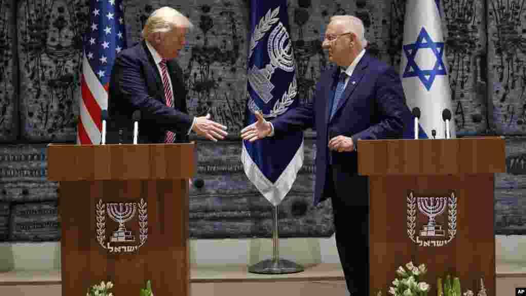 Le président américain Donald Trump serre la main au président israélien Reuven Rivlin, le 22 mai 2017.