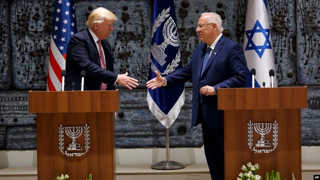 TT Mỹ Donald Trump, bên trái, bắt tay TT Israel Reuven Rivlin sau khi đọc tuyên bố hôm thứ Hai 22/5/2017, ở Jerusalem. (AP Photo/Evan Vucci)