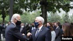 Demokratski predsednički kandidat Džo Bajden i potpredsednik Majk Pens pozdravljaju se za vreme komemoracije u Njujorku povodom 19. godišnjice terorističkih napada na Ameriku.