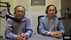 Sok Sam Oeun, an independent lawyer and Kim Santepheap, spokesman of the Ministry of Justice in VOA studio in Phnom Penh on Wednesday May 25, 2016. (Lim Sothy/VOA Khmer)