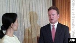 یک سناتور آمریکایی و یک زندانی آزاد شده آمریکایی از برمه وارد تایلند شدند